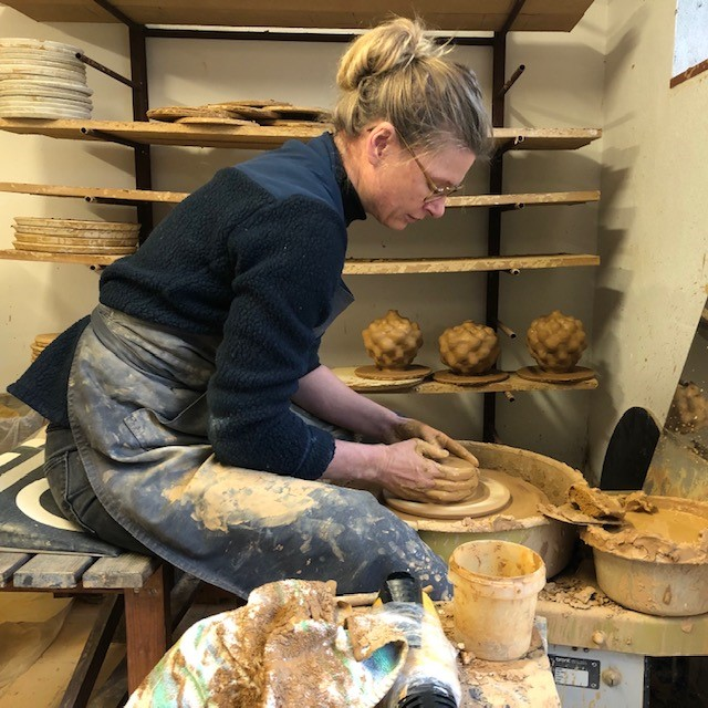 Rikke i keramikværkstedet i Silkeborg
